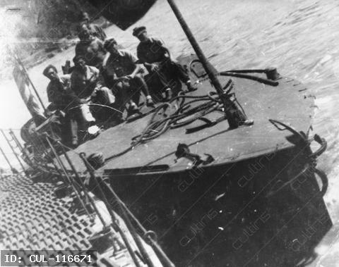 PAM-21 páncélozott aknász motorcsónak amerikai lobogó alatt, középen (fehér sapkában) Dr. Zoltán János kapitány, 1945