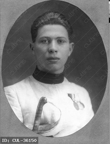 Petschauer Attila vívó. Az 1928. évi Amszterdamban rendezett nyári olimpián a kard csapat tagjaként aranyérmes lett. 1942-ben zsidó származása miatt munkaszolgálatos volt az ukrán Davidovka mellett. Cseh Kálmán táborparancsnok, aki lovasként szintén részt vett az 1928-as olimpián, felismerte és rászabadította az őröket. Az őrök felparancsolták egy fára, és vízzel locsolták. A víztől megfagyva, röviddel ezután meghalt.
