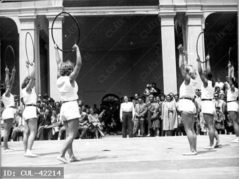 1948. évi nyári olimpián a magyar női kéziszer-csapat gyakorlat közben. A válogatott összetett csapat versenyszámban ezüst érmet szerzett. Balázs Erzsébet, Fehér Anna, Karcsics Irén, Köteles Erzsébet, Kövi Mária, Nagy Margit, Tass Olga, Weckinger Edit
