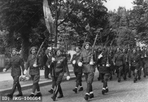 World War II / Romania. Occupation of Romania through the Red Army, August/September 1944. Romanian volteface: after the fall of Antonescu, Romania declares war on Germaby (25.8.1944).-Romanian unit of the Second Ukrainian front of the Soviet Army.-Photo (Oserski), summer 1944.