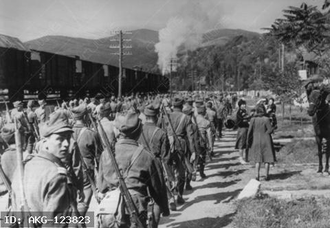 World War II / Romania. Occupation of Romania through the Red Army, August/September 1944. Romanian volteface: after the fall of Antonescu, Romania declares war on Germaby (25.8.1944).-Arrival of Soviet infantry in Romania.-Photo, c.August 1944.