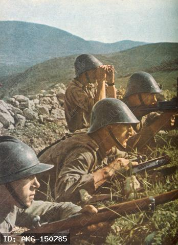 World War II / Russia: German and Rumanian troops attack the Sevastopl (Operation Stoerfang), from 7 July 1942 (capture, 1.7.1942).-Rumanian positions outside Sevastopol.-PK-Photo (Pabel), c. June/July 1942. From newspaper Signal, French edition, 3rd J., Nr. 18, 1942, P.10